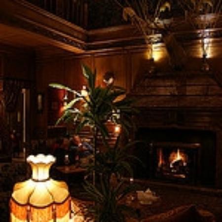 Lands of Loyal Hotel: Main lounge reception area