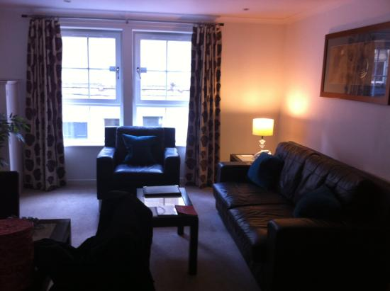 Fountain Court Apartments - Grove Executive: Spacious living room