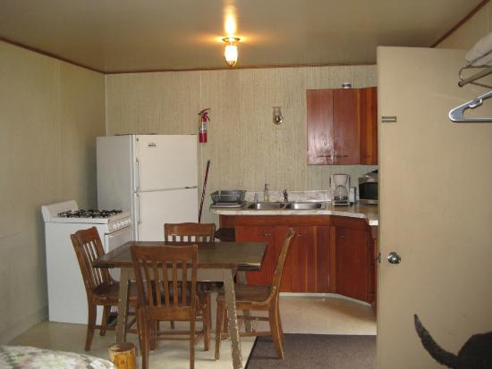 Cooke City High Country Motel : Dining area of duplex