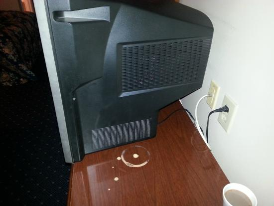 Stratford Motor Inn: Dresser with hole in it