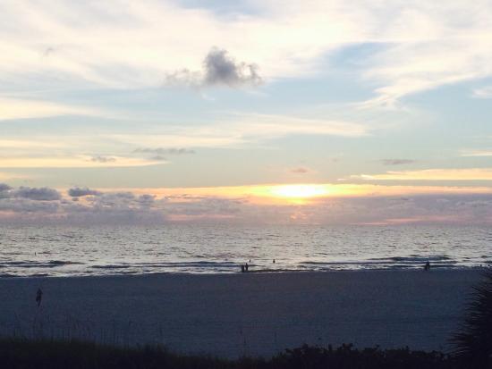 Gulf Gate Resort: Sunset from room 202