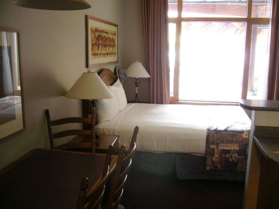 Nancy Greene's Cahilty Hotel & Suites: room
