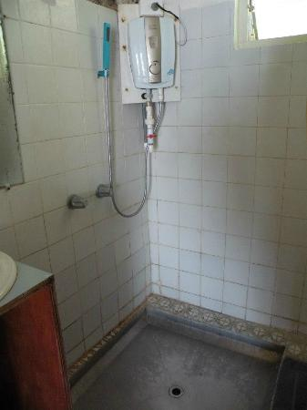 Captain Cook Hotel : the shower