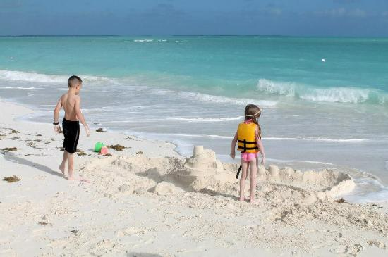 Treasure Cay Beach : Kids playing on the beautiful beach
