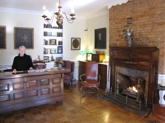 Wayside Inn: Fireplace at Checkin