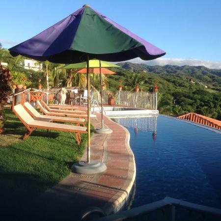 Villa Bella Bed and Breakfast Inn: Pool at edge of hill at Villa Bella