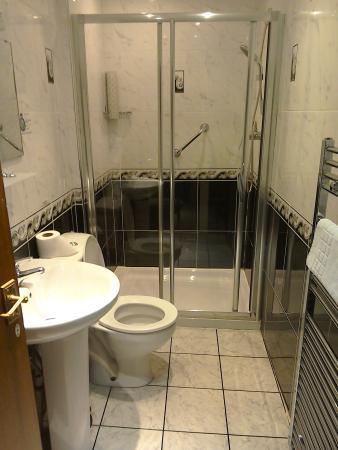Glendevon Hotel: lovely new clean bathroom!
