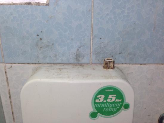 Queen Resort Koh Tao: No han pasado una bayeta en años, eso es mugre de mucho tiempo, no de una semana.