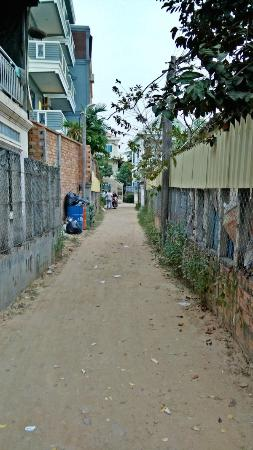 Bayon Shadow Villa : The dirty, dangerous pathway to the hotel. Likely to break any suitcase with wheels