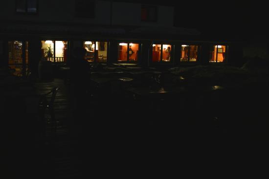 Hotel Restaurant l'Equipe: Salle à manger vue de la terrasse la nuit