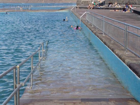 Acceso para minusv lidos a la piscina principal picture for Piscina natural de puerto santiago