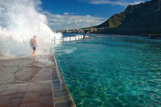 Agua cristalina de la piscina principal fotograf a de for Piscina natural tenerife