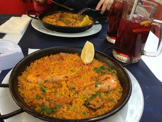Mikel Etxea 1: In primo piano Paella di pesce, in secondo Paella di carne, boccale di Sangria