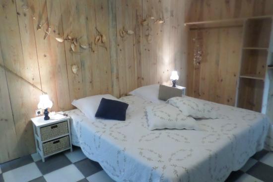 Corpe, France: Chambre Séréna en bois naturel lui confère une chaleur aux embruns marins
