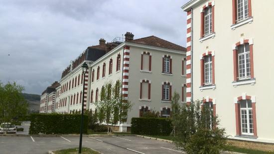 Comfort Suites Les Demeures Champenoises : enkele gebouwen van de hotelaccommodatie naast elkaar