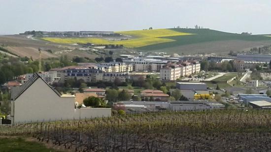 Comfort Suites Les Demeures Champenoises : de voormalige kazerne gefotografeerd vanuit de wijnbergen