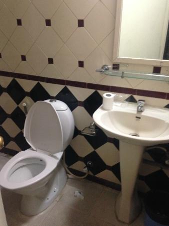 Tom's Hotel Bangalore: Bathroom