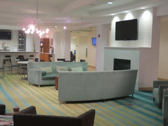 SpringHill Suites Detroit Metro Airport Romulus : Lobby with fresh apples