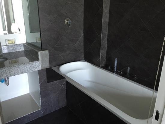 The Front Apartments: Bathtub
