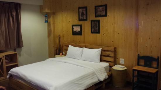 Wild wild west room picture of around the world bed for Photos of bedrooms around the world