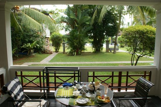 Amal Villa Apartments & Rooms: Blick vom Zimmer in den Garten