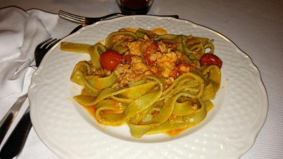 Pontelatone, Italia: Tagliatelle ad impasto di ortica, perciò verdi, con pomodorini e sugo eccezionale con pezzi di m