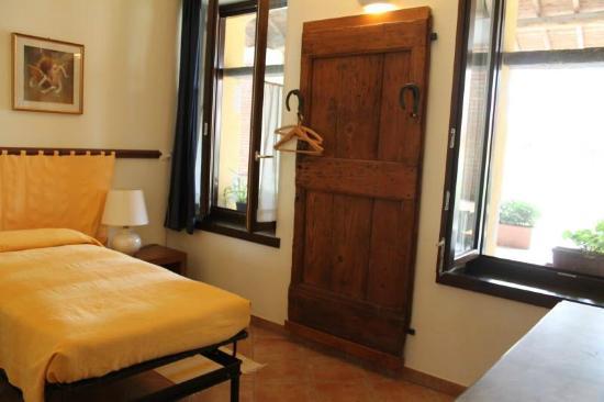 Camera da letto foto di cascina gaggioli milano tripadvisor - Camera da letto milano ...