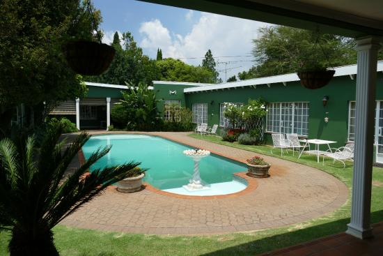 Marben Manor Guest House: The nice pool - most rooms have direct access