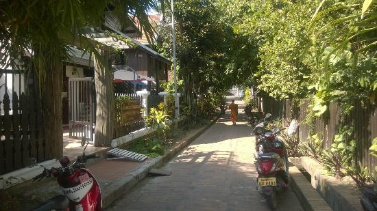 Thatsaphone Guest House: Street view of Thatsaphone