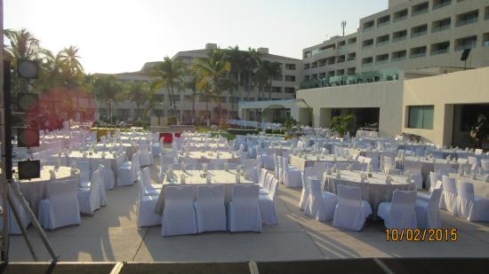 Dreams Huatulco Resort & Spa: everynight they set up the area outside of buffet for dinner.