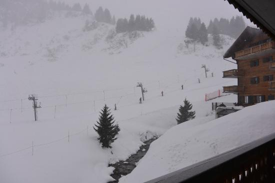 Hotel l'Etable : Watching the skiiers on a snowy day