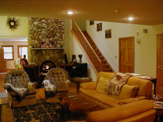 The Inn at Hickory Run: Relax in Great Room with fireplace, home theater and dining facilities