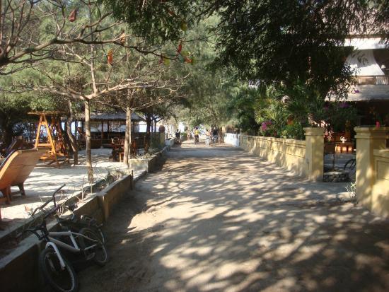 Alam Gili: The main road!