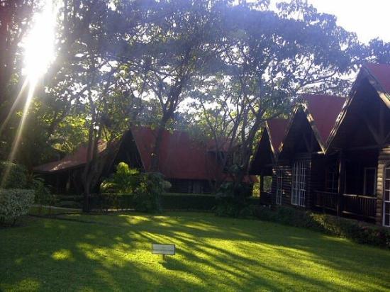 Santa Maria Resort: El hotel con bellos jardines. A la orilla d la laguna