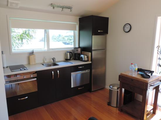 Shores Accommodation: Kitchen area