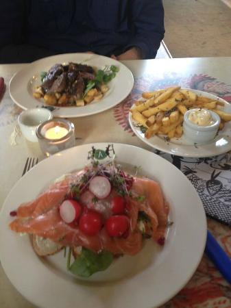 Villa Augustus: Hoofdgerecht #1: Hereford steak, rozemarijn friet. #2: zuurdesembrood met kruidenkaas,gerookte z