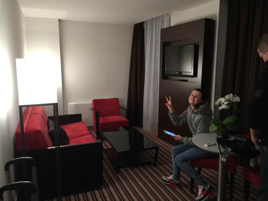 Mercure Angouleme Hotel de France : salon de la suite