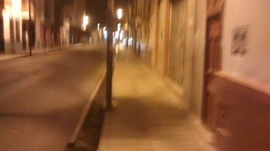 Gran Hotel Continental: Calle del hotel a la 1am
