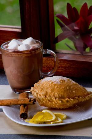 Café de la Vaca: Chocolate Mágico con Empanada de Mejido