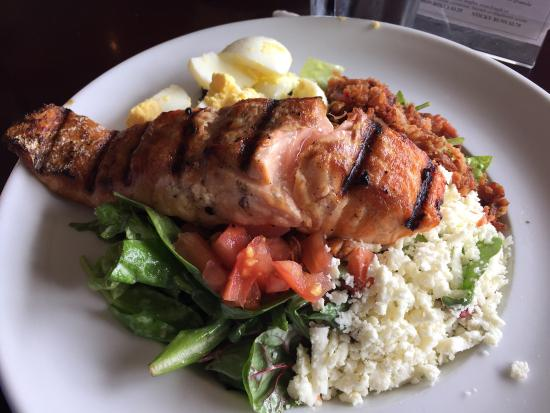 Ruggles Cafe Bakery: The grilled salmon salad is excellent here!