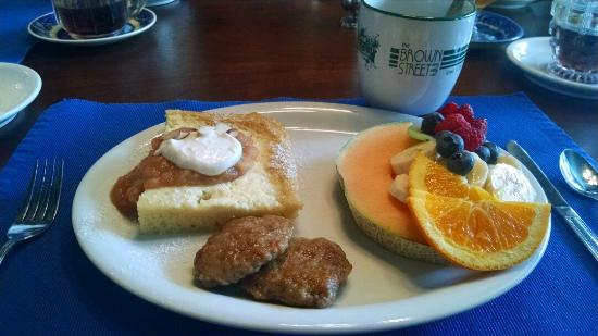 Brown Street Inn : Baked French toast, homemade sausage and fruits :)