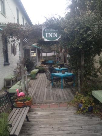 17th Street Inn: Patio area