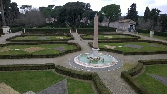 Le jardin la fran aise avec une ob lisque reproduction for Jardin villa medicis rome