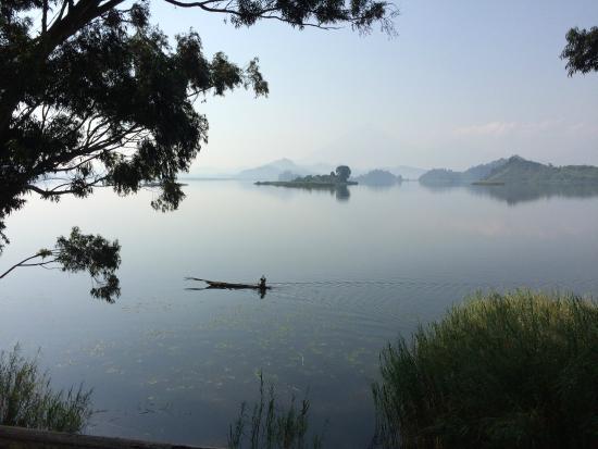 Mutanda Lake Resort: Room with a view on Lake Mutanda and Virunga Vulcano's