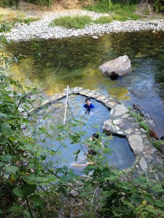 Peumayen Lodge & Termas: pozón al lado del río