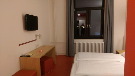 Havenhostel Bremerhaven : The desk and TV