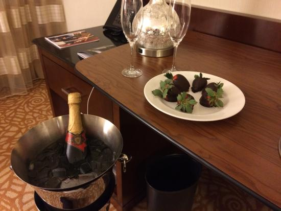 Milwaukee Marriott Downtown : Surprise anniversary champagne and chocolate covered strawberries from the thoughtful front desk