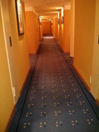 """Hotel Torresport: parece el pasillo de """"el resplandor"""" ;P"""