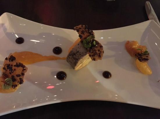 Accords bistro: foie gras de canard cuit au torchon,gel au café,grue de cacao