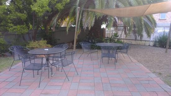Globe Hotel Restaurant: Outdoor eating